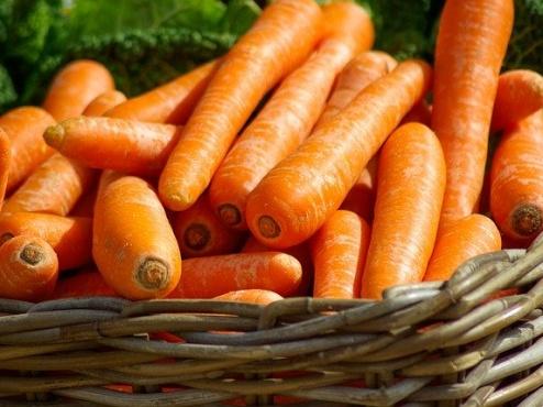 Slika košare s mrkvama
